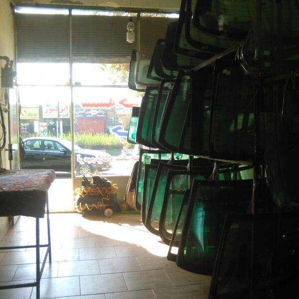 شیشه خم اتومبیل جوان